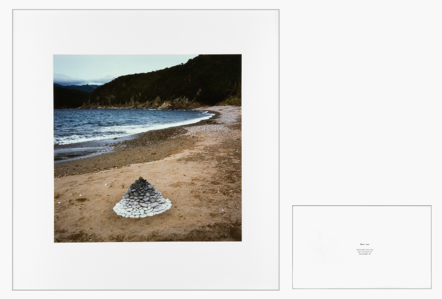 Andy Goldsworthy Beach Cairn 1990 Photographie 50,8 x 50,8 cm - Texte: 25,4 x 25,4 cm Exemplaire unique Courtesy de l'artiste et Galerie Lelong & Co. © Fabrice Gibert