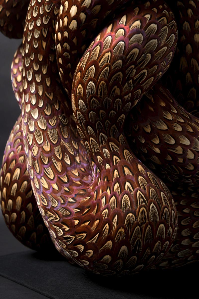 Kate MccGwire Paradox 2019 Supports variés avec plumes de coq et faisan 56 x 40 x 40 cm Courtesy de l'artiste et Galerie Les filles du calvaire, Paris © JP Bland courtesy of Kate MccGwire